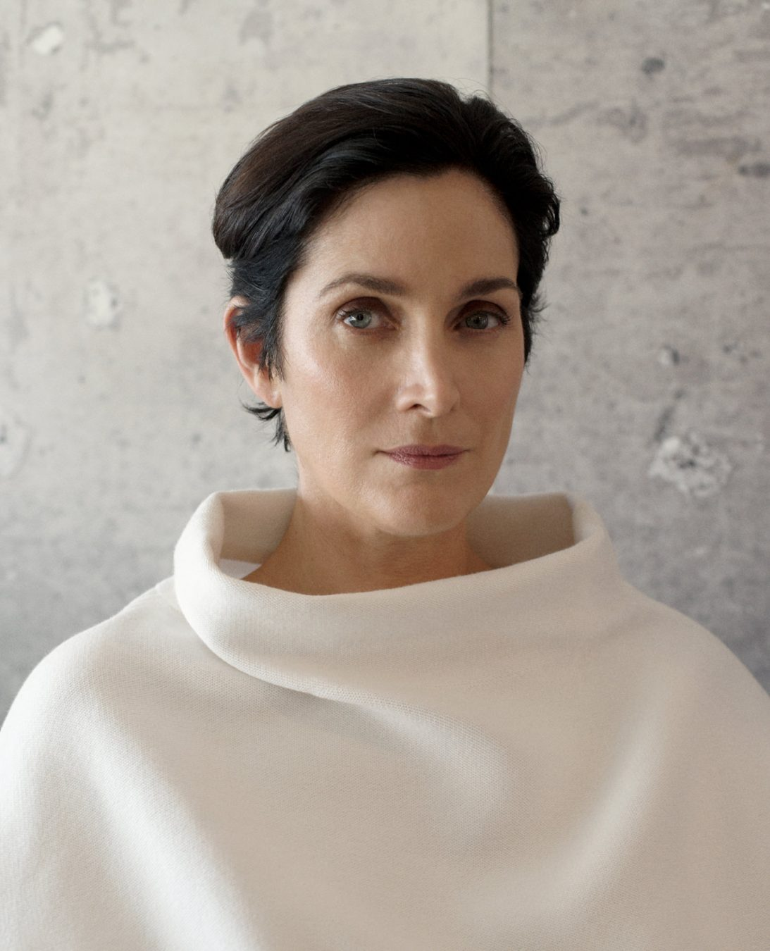 Carrie-Anne Moss Nude Photos 9