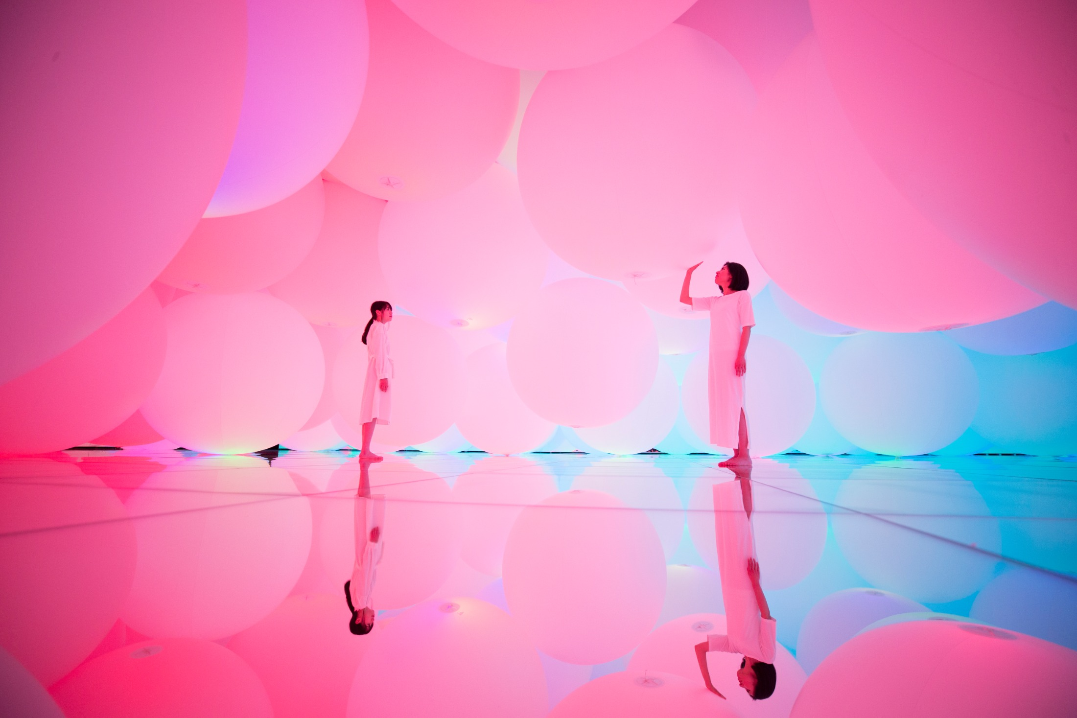 teamLab, Expanding Three-Dimensional Existence in Transforming Space – Flattening 3 colors and 9 Blurred colors, Free Floating, 2009-2018, Interactive Installation, Endless, Sound: Hideaki Takahashi © teamLab.