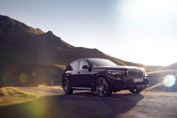 """New Plug-In """"SAV"""" Adds Power, Range, and Speed to the BMW Hybrid Line"""